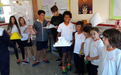 Els alumnes de tercer de Primària exposen el seu treball als alumnes de primer d'ESO