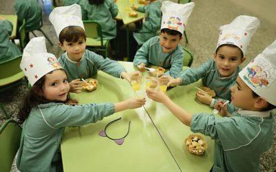 Los alumnos de 5 años preparan una merienda saludable