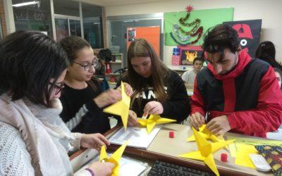Alumnos de 2º FPB de servicios comerciales decoran la clase para Navidad