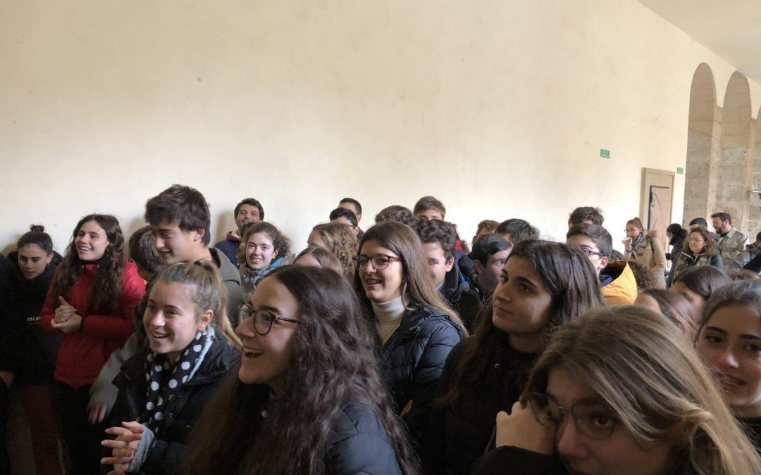 Los alumnos de 4º de ESO participan en una actividad de baile organizada por AIN.